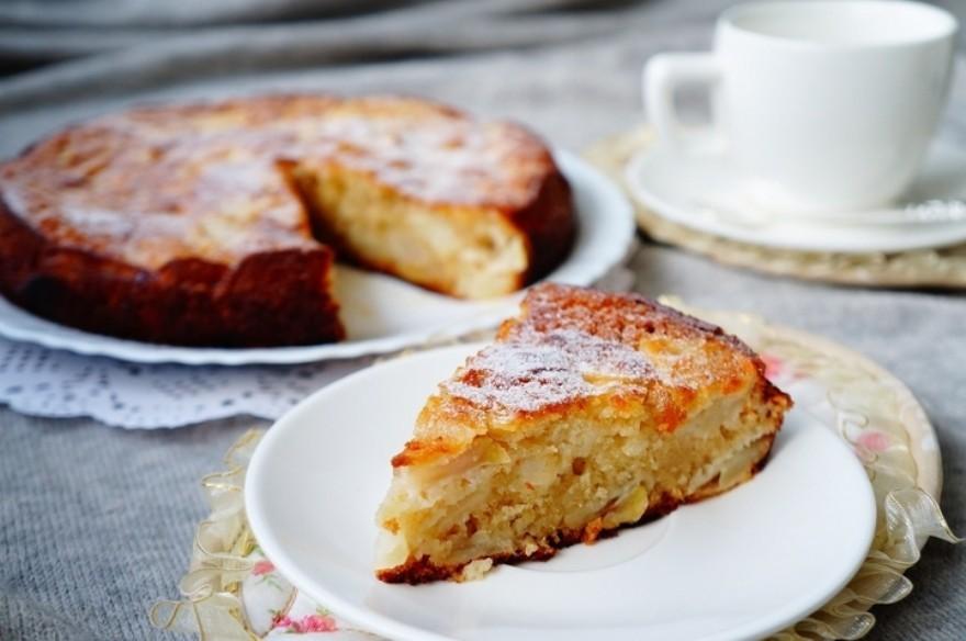 Для приготовления шарлотки лучше всего подходят яблоки с «кислинкой».