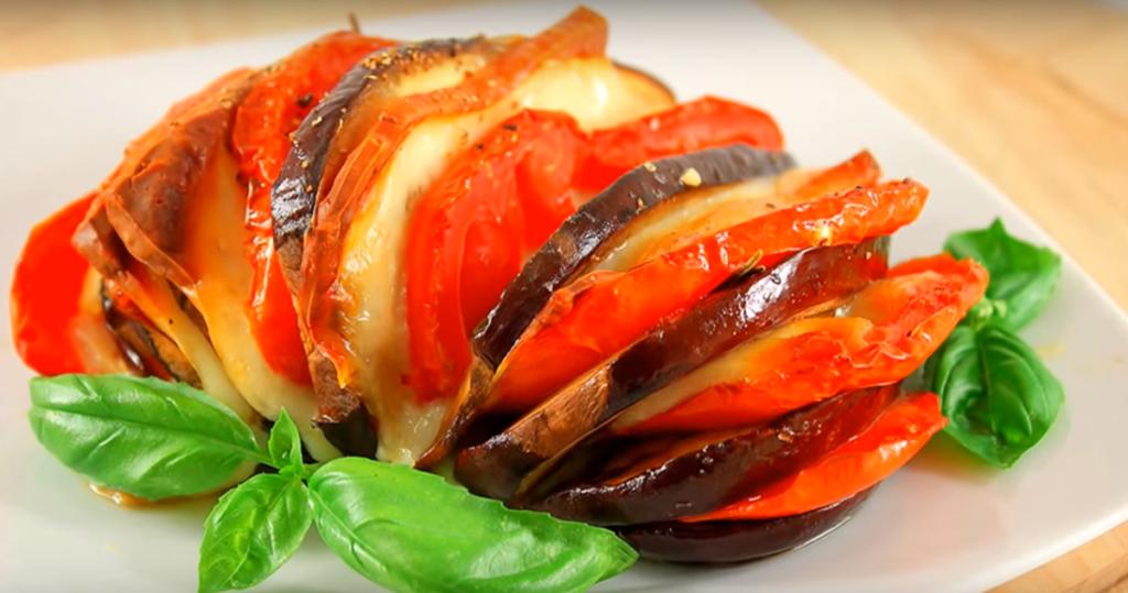 Запеченные баклажаны в духовке не имеют лишнего жира как при жарке, поэтому они считаются диетическими.