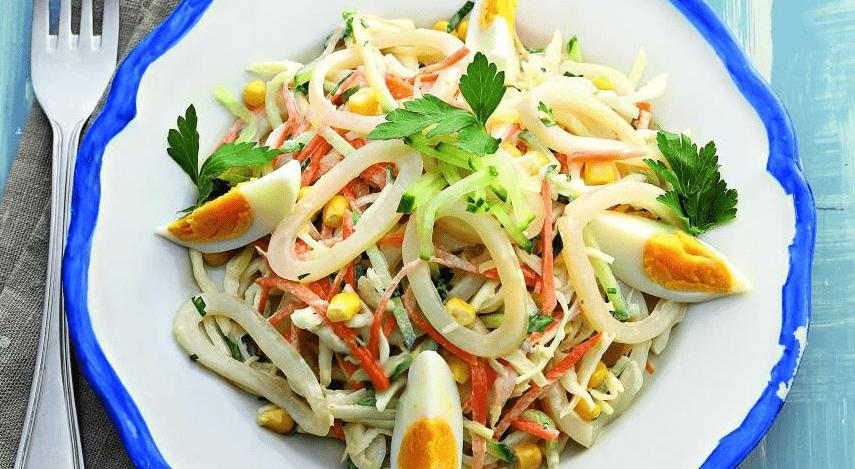 Вкусный салат с овощами и соевым соусом.