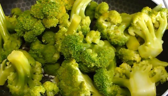 Как приготовить брокколи с сыром на сковороде
