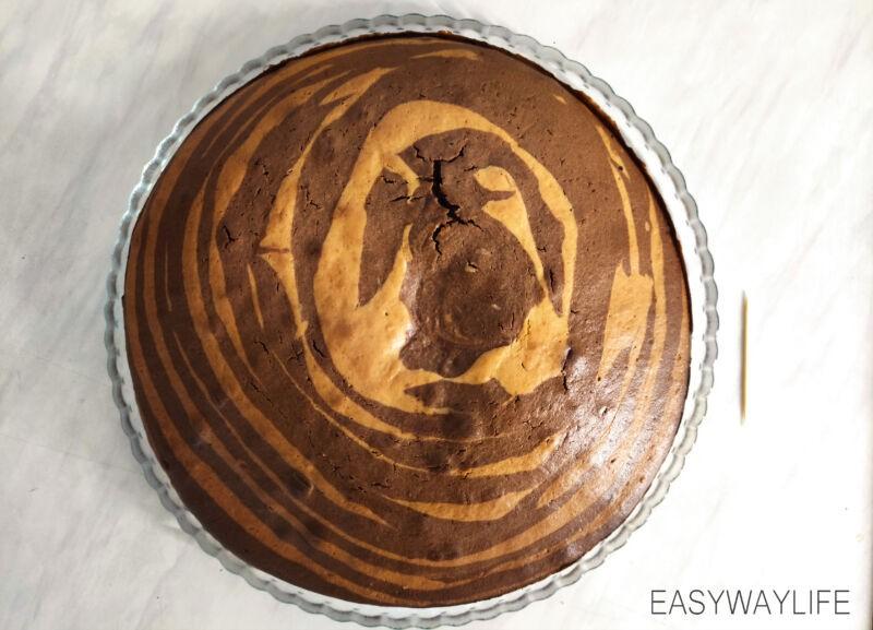 Вытекает пирог Зебра в духовке рис 2