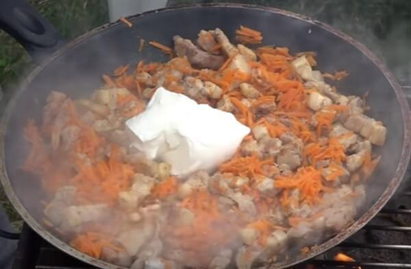 Подготовка овощей и мяса для начинки тыквы запеченной в духовке рис 2