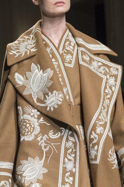 Вышивка на женском демисезонном пальто рис 3