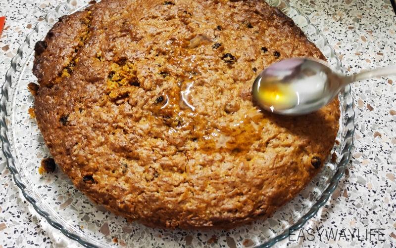Подготовка коржей и творожного крема к оформлению морковного торта