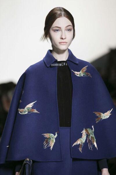 Вышивка на женском демисезонном пальто рис 4