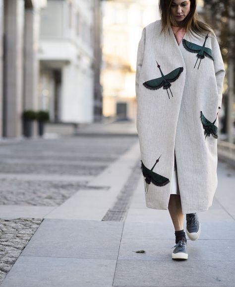 Аппликация на женском демисезонном пальто рис 2