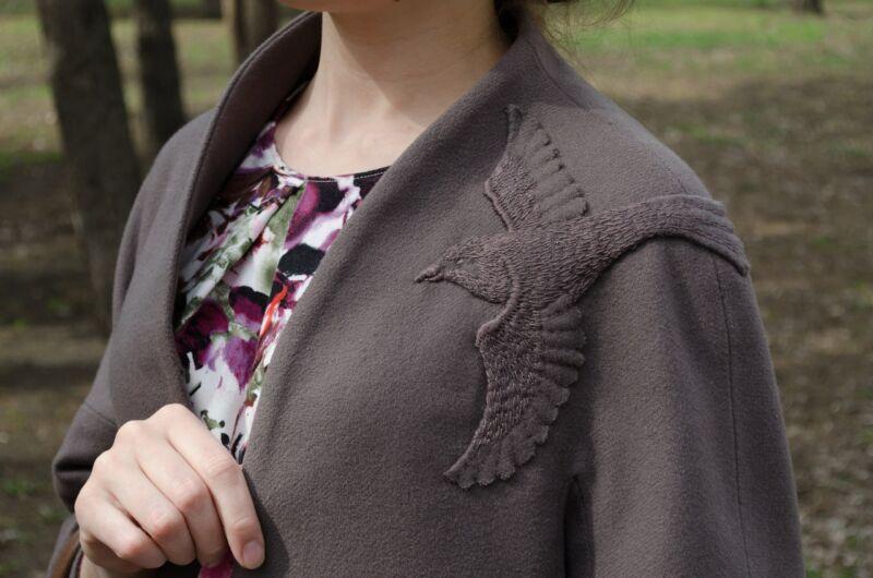 Аппликация на женском демисезонном пальто рис 3