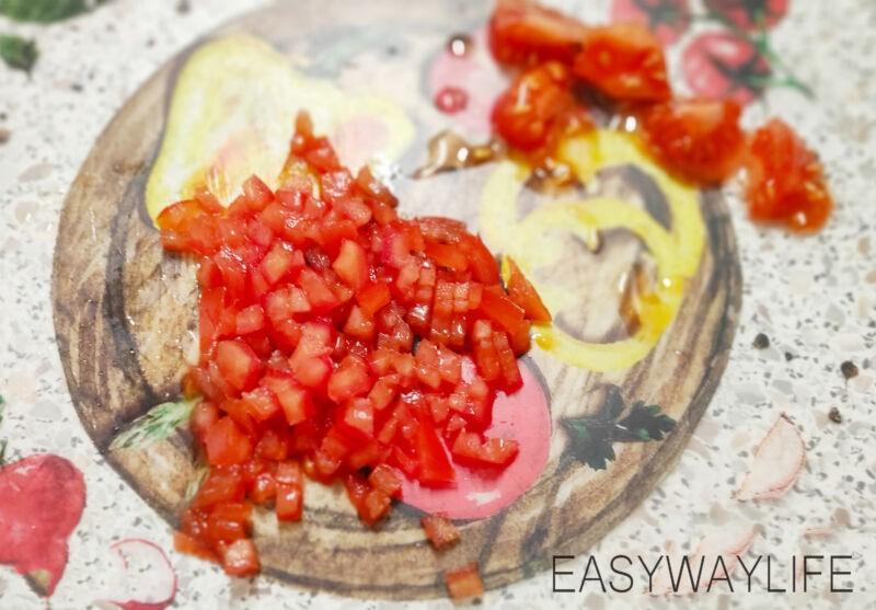 Подготовка помидоров и соуса для начинки рулетиков рис 1