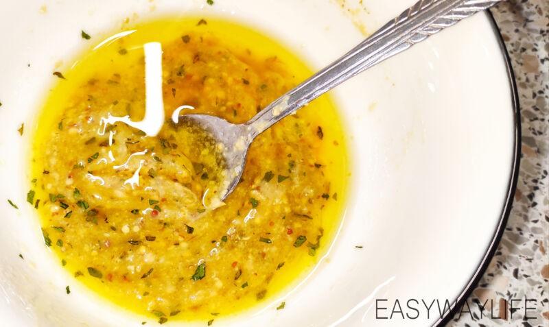 Подготовка продуктов и соуса для салата с форелью рис 6