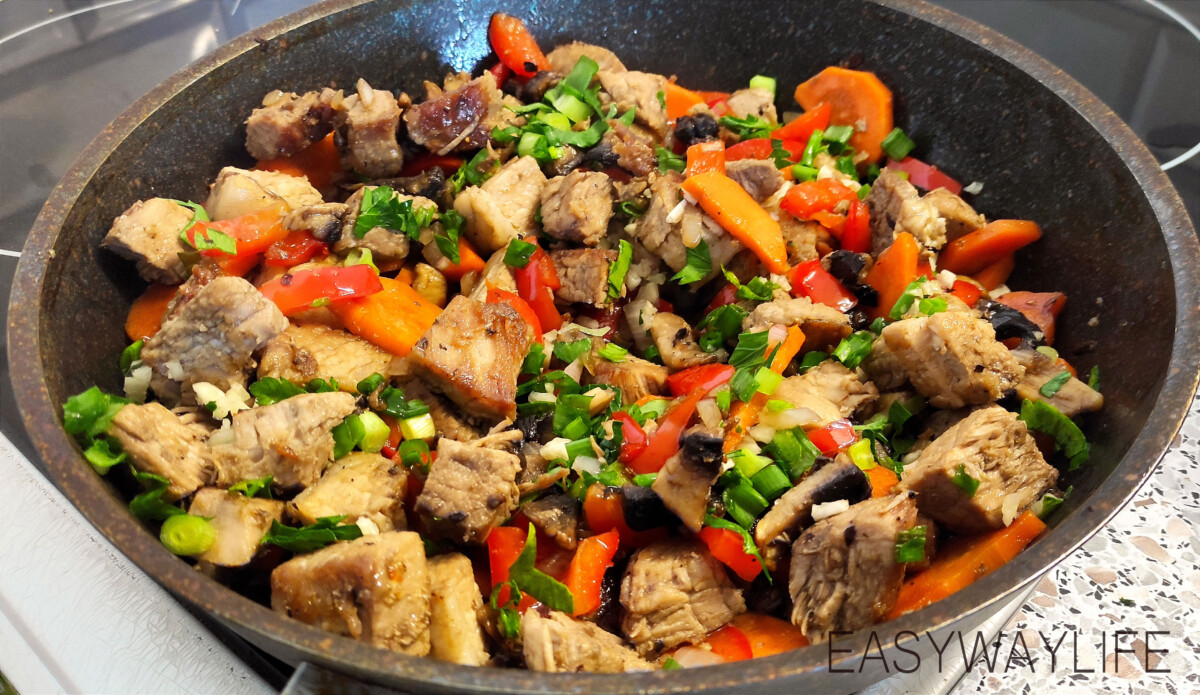 Объединение подготовленных ингредиентов в одно блюдо из свинины с грибами рис 1